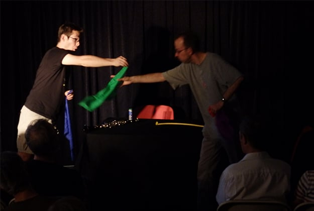 Des élèves s'entrainent pendant un cours de magie