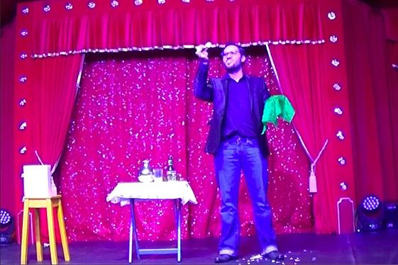 Matt réalise un atelier magie lors d'une animation anniversaire adulte