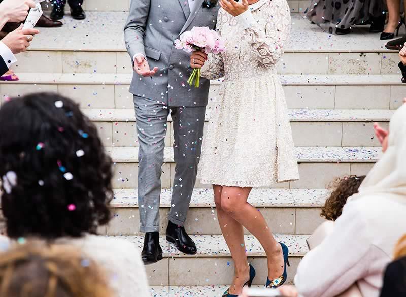 Les invités font une animation mariage originale avec des confettis
