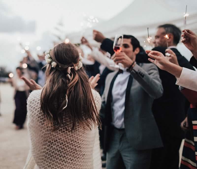 Les invités de la cérémonie participent à une animation mariage originale et portent un toast