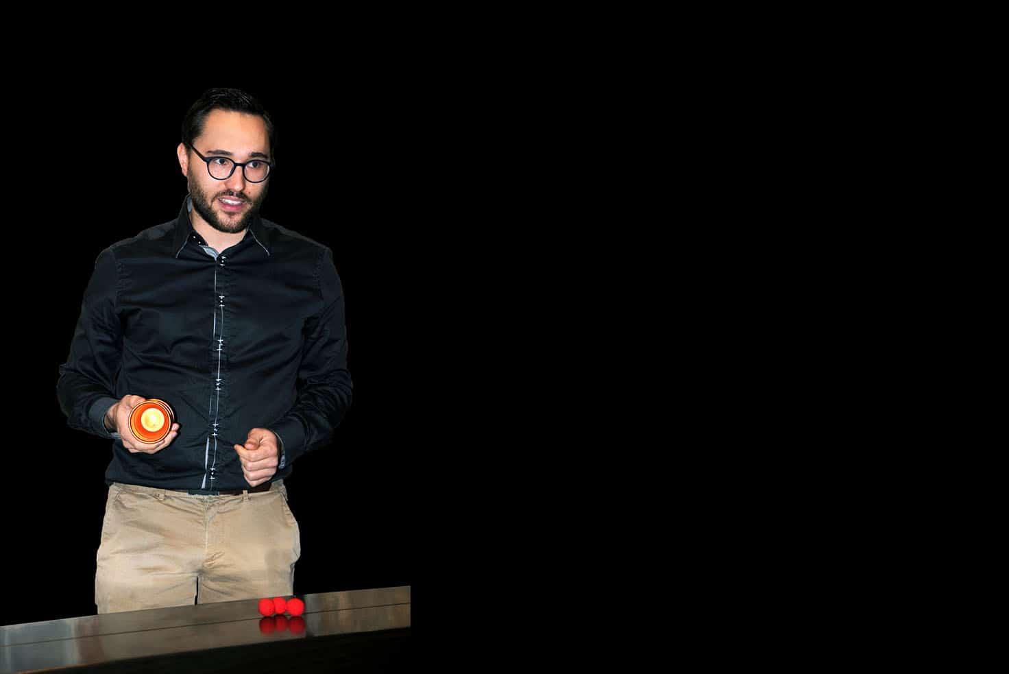 Matt Morgan magicien à lyon présente le tour des coups and balls en spectacle