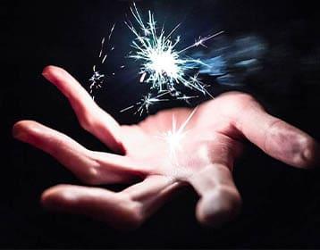 Main d'un élève d'une ecole de magie France intitulée La manOEuvre