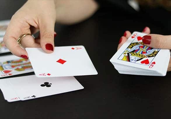 Illusionniste définition expliquée par Matt Morgan avec un jeu de cartes