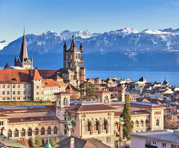 La ville de Lausanne et ses montagne en fond d'image